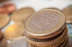 Euro muntstukken en bankbiljetten op houten lijstachtergrond Royalty-vrije Stock Afbeelding