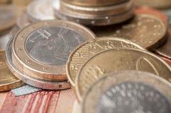 Euro muntstukken en bankbiljetten op houten lijstachtergrond Stock Afbeeldingen