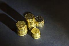 Euro muntstukken en centen op zwarte achtergrond Stock Afbeeldingen