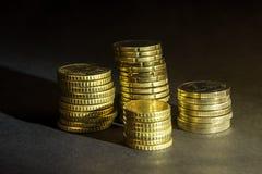 Euro muntstukken en centen op zwarte achtergrond Stock Afbeelding