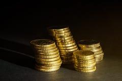 Euro muntstukken en centen op zwarte achtergrond Royalty-vrije Stock Foto