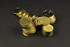 Euro muntstukken en centen op zwarte achtergrond Royalty-vrije Stock Foto's