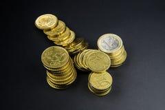 Euro muntstukken en centen op zwarte achtergrond Royalty-vrije Stock Fotografie