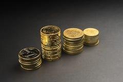 Euro muntstukken en centen op zwarte achtergrond Royalty-vrije Stock Afbeelding