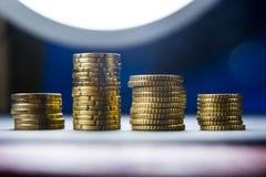 Euro muntstukken en centen op zwarte achtergrond Stock Foto