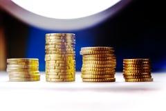 Euro muntstukken en centen op zwarte achtergrond Stock Foto's