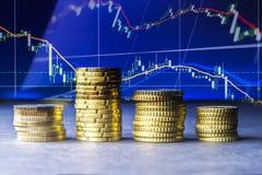 Euro muntstukken en centen op zwarte achtergrond Royalty-vrije Stock Afbeeldingen