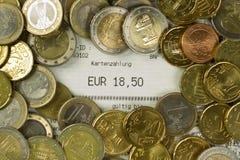 Euro muntstukken en contant geldontvangstbewijs met een bedrag van 18.50 Euro royalty-vrije stock foto