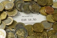 Euro muntstukken en contant geldontvangstbewijs met een bedrag van 18.50 Euro royalty-vrije stock fotografie