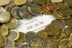 Euro muntstukken en contant geldontvangstbewijs met een bedrag van 18.50 Euro royalty-vrije stock afbeeldingen