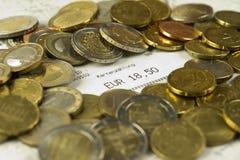 Euro muntstukken en contant geldontvangstbewijs met een bedrag van 18.50 Euro stock foto's