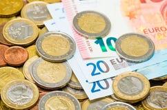 Euro muntstukken en euro bankbiljetten Stock Afbeelding