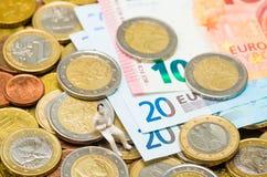 Euro muntstukken en euro bankbiljetten Stock Fotografie