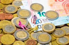 Euro muntstukken en euro bankbiljetten Stock Afbeeldingen