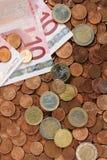 Euro muntstukken en nota's stock fotografie
