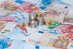 Euro muntstukken en nota's Stock Foto's