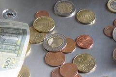 Euro muntstukken en nota's Stock Afbeelding
