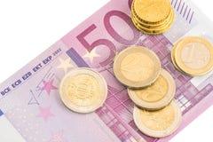 Euro muntstukken en vijf honderd euro bankbiljet Royalty-vrije Stock Fotografie