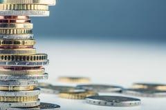 Euro muntstukken Euro geld Euro munt Muntstukken op elkaar in verschillende posities worden gestapeld die Stock Foto