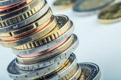 Euro muntstukken Euro geld Euro munt Muntstukken op elkaar in verschillende posities worden gestapeld die Royalty-vrije Stock Foto's