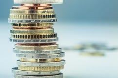 Euro muntstukken Euro geld Euro munt Muntstukken op elkaar in verschillende posities worden gestapeld die Stock Afbeelding