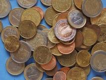 Euro muntstukken, Europese Unie over blauw Stock Afbeeldingen