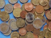 Euro muntstukken, Europese Unie over blauw Royalty-vrije Stock Afbeeldingen
