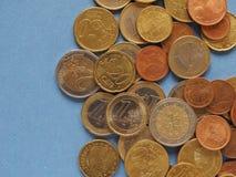 Euro muntstukken, Europese Unie over blauw met exemplaarruimte Stock Afbeeldingen