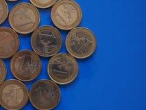 Euro muntstukken, Europese Unie over blauw met exemplaarruimte Stock Foto