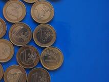 Euro muntstukken, Europese Unie over blauw met exemplaarruimte Stock Afbeelding