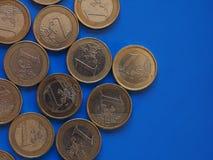 Euro muntstukken, Europese Unie over blauw met exemplaarruimte Stock Foto's
