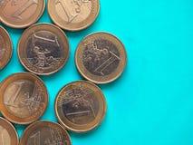 Euro muntstukken, Europese Unie over groenachtig blauw met exemplaarruimte Stock Foto