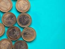 Euro muntstukken, Europese Unie over groenachtig blauw met exemplaarruimte Stock Afbeeldingen
