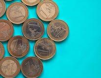 Euro muntstukken, Europese Unie over groenachtig blauw met exemplaarruimte Stock Afbeelding