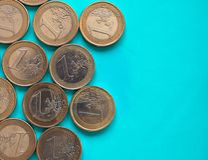 Euro muntstukken, Europese Unie over groenachtig blauw met exemplaarruimte Royalty-vrije Stock Fotografie