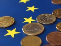 Euro muntstukken, Europese Unie, over vlag Royalty-vrije Stock Afbeelding