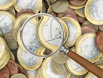 Euro muntstukken met vergrootglas Stock Foto's