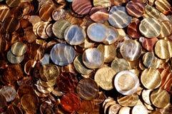 Euro muntstukken onder water Stock Foto's