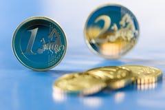 Euro muntstukken op blauwe achtergrond