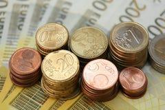 Euro muntstukken op E200 nota's Royalty-vrije Stock Afbeelding