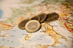 Euro muntstukken op een kaart van Italië Royalty-vrije Stock Foto's