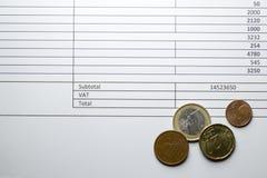 Euro muntstukken op een rekening met de BTW doos stock afbeeldingen