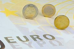 Euro-muntstukken op euro-Bankbiljet Stock Fotografie