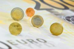 Euro-muntstukken op euro-Bankbiljet Stock Foto