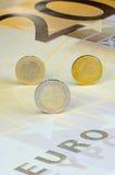 Euro-muntstukken op euro-Bankbiljet Stock Afbeelding