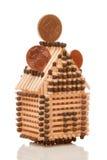 Euro muntstukken op huis Stock Afbeelding