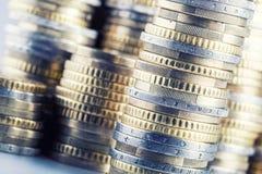 Euro muntstukken op stapel van andere muntstukken op achtergrond Stock Fotografie