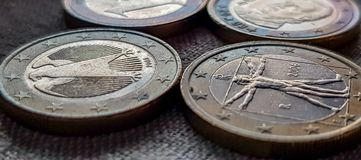 Euro Muntstukkenclose-up op Donkere Achtergrond royalty-vrije stock fotografie