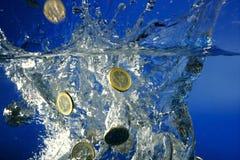 Euro muntstukkenfallin neer aan water Stock Afbeelding