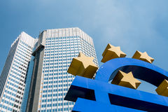 Euro muntsymbool â '¬ - standbeeld in Frankfurt-am-Main Duitsland Stock Foto